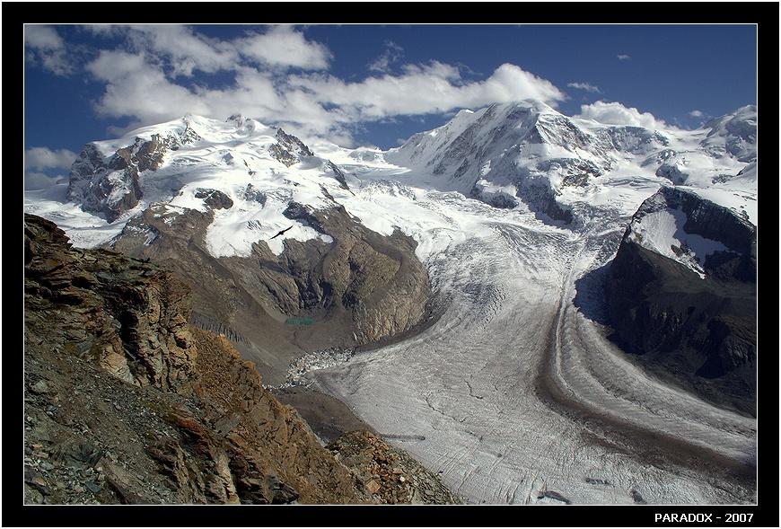 Горнеграт. Вид на один из крупнейших альпийских ледников  Горнер и альпийские четырехтысячники. Зона Маттерхорна.  Снято с высоты 3100 м.    Высокогорные альпийские ледники все быстрее отступают за счет таяния. В Швейцарии около 90 ледников, за последние 3 года около 80 из них уменьшились ...