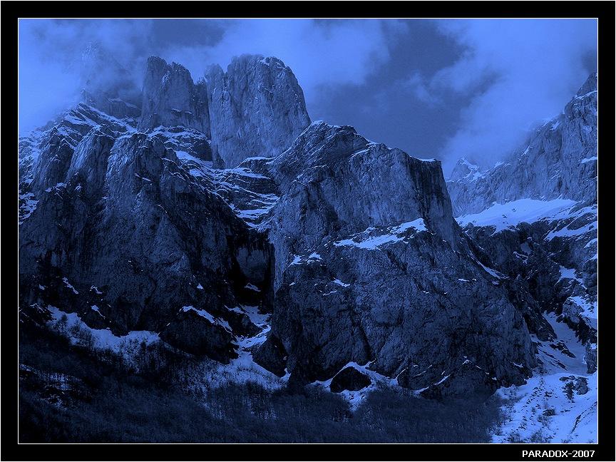 * * *Синие горы да серые скалы -Вам часовыми планеты стоять.Словно мечи нержавеющей сталиВрезаны в космос по рукоять !* * *Северная Испания. Кантабрийские Кордильеры.