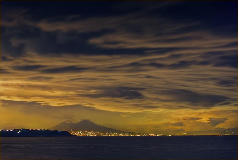 Италия. Вид на ночной Неаполь с острова Искья. Октябрь 2007 г.