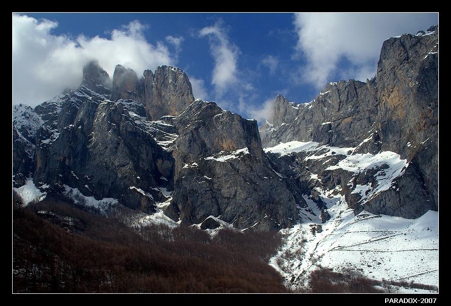 * * *Это так далеко от России,Хоть похоже по росчерку скал.Может, есть где-то горы красивей - Только я еще там не бывал ...* * *Северная Испания. Кантабрийские Кордильеры. Национальный парк Пикос-де-Европа.