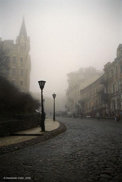 31 декабря 2000 года я оказался в Киеве. И как было не посетить Андреевский спуск?Canon EOS 5000+Canon EF38-76 mm f/4.5-5.6, Kodak Gold 200. Параметры съемк за давностью лет не помню.