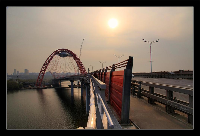 """Мост возле Серебряного бора, Новорижское шоссе. Высота прохода под мостом 14.5 метров, высота арки 130 метров, """"тарелка"""" со стекляными полами, где скоро откроется смотровая площадка, на высоте 80ти метров."""