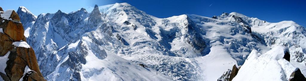 Вид на Монблан (Белая долина) с высоты 3800 м. Панорама из 3-х снимков. Монблан - в центре, 4810 м. Снято с пика ду Миди, Шамони (Франция). Выше Белухи метров на 300 - см. у Jazatora.