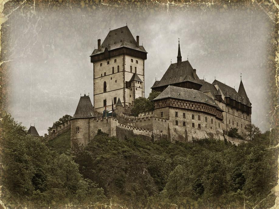 Этот сказочный замок с башнями был воздвигнут императором Карлом IV в середине 14-го века. Замок Карлштейн был построен в стиле высокой готики и предназначался стать не только царской резиденцией, но хранилищем Карловской коллекции святых реликвий и царских драгоценностей для коронации. Строительство замка было закончено 9 февраля 1367 года.
