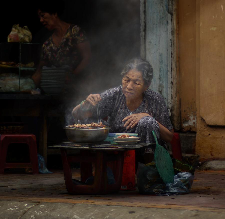 Придорожная харчевня. Старушка готовит шашлык буквально на коленях. Мухи тоже принимают участие в процессе.