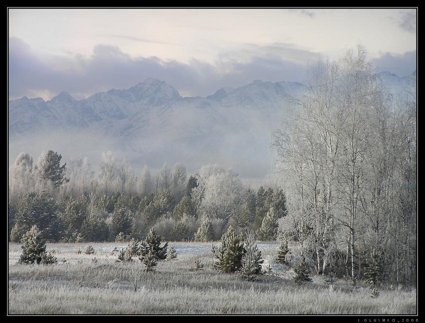 Туманное морозное утро поздней осенью в Тункинской долине.  На ЗП отроги Восточных Саян. Бурятия.