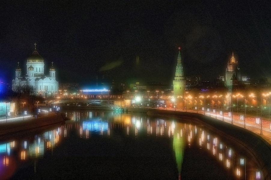 Трудно найти вид старой Москвы, который бы ещё не попал на картины, плакаты, календари, открытки, не счесть числа великолепных фотоальбомов. Но стоит вновь увидеть... как руки сами берут фотоаппарат...