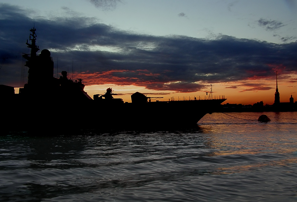 Снимок сделан накануне празднования Дня ВМФ.пейзаж, пейзажи, Питер, Петербург, вечер, корабль, набережная, река, Нева, облака, лето, июль