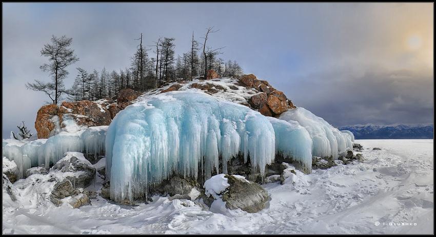 """Как рыцари из сказочной былины,Среди невероятной тишины,Надели """"шлемы"""" камни-исполины В покорном ожидании Весны...--------------------------------------Ушканьи острова на Байкале. Это излюбленное место обитания байкальской нерпы. Март месяц."""