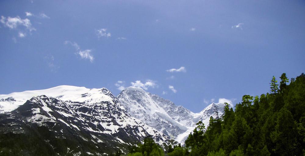 Гора Донгузорун (в центре) интересна ледником в виде цифры 7 (видна его верхняя часть). Высота 4454 м. Полное название Донгузорун-Чегет-Карабаши. Да простят меня местные жители, если я ошибся :-)