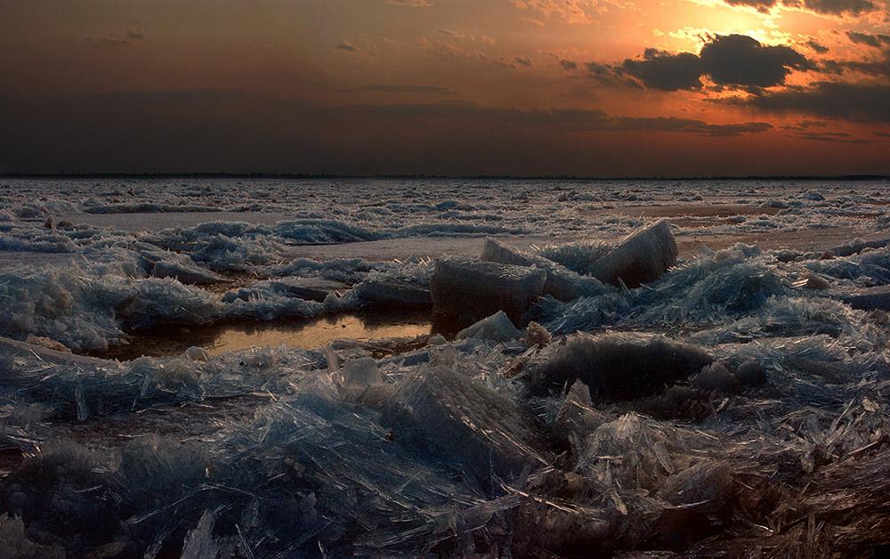 """""""На Амуре сплошные подвижки льда"""" - так синоптики сообщают по радио). Лёд потрескивает, иногда вроде бы без видимых причин одна льдина вдруг наезжает на другую и рассыпается на кристаллы), повсюду, то там, то сям, слышится звон от крошащихся и осыпающихся  ледышек, иными словами сплошные подвижки льда), набережная усеяна зеваками, воскресный вечер тёплый, горожане облокотились на парапет и ждут: вдруг станут свидетелями начала ледохода?)"""