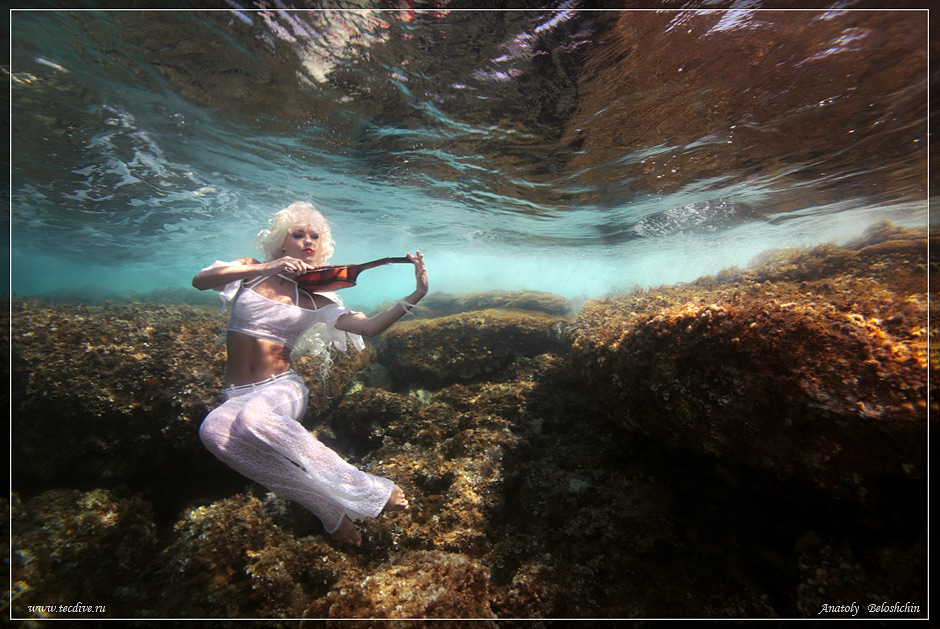 """Подводное фото. Средиземное море, Кипр................Долго ловил волну на ЗП.Большое спасибо моделе за героизм!Fashion TV, которое снимало программу о том, как мы работаем, отказалось лезть в воду из-за волны. Они не верили, что мы в волну полезем работать :) На мое заверение, мол: """"Гайз, вэйфс - итс кул!"""" отнеслись как-то с недоверием :) ....буржуи.... :)"""