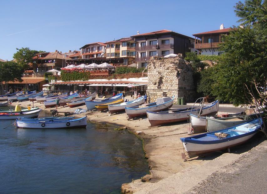 Отдыхая от утренних трудов, дремлют лодки на берегу...  Греясь на солнышке... под плеск волн... :)