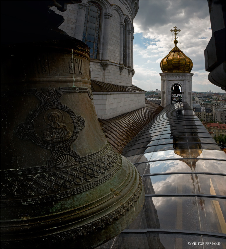 ....На колокольнях Храма Христа Спасителя в Москве.