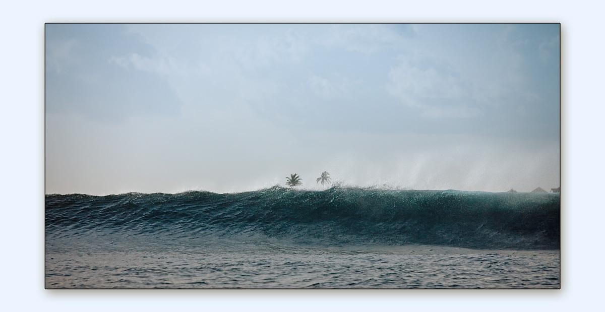 Мальдивы. Август 2009Океанская волна на подходе к барьерному рифу атолла, после которого происходит ее гашение. Во многом это спасло Мальдивы при той трагедии, когда пострадали многие страны Индийского океана.Но вид со стороны открытого океана впечатляет. Снимал с Доньки, на которой в момент съемки мы рыбачили в открытом океане на тунцов, вечером был прекрасный сашими, такого ни в одном японском ресторане не подают :)