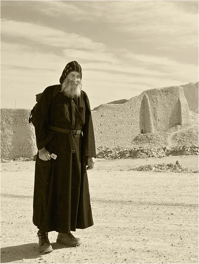 Второе мгновение моей встречи с монахом.Первое здесь - http://www.lensart.ru/picture-pid-1f84d.htmЕгипет. У монастыря св. Антония.