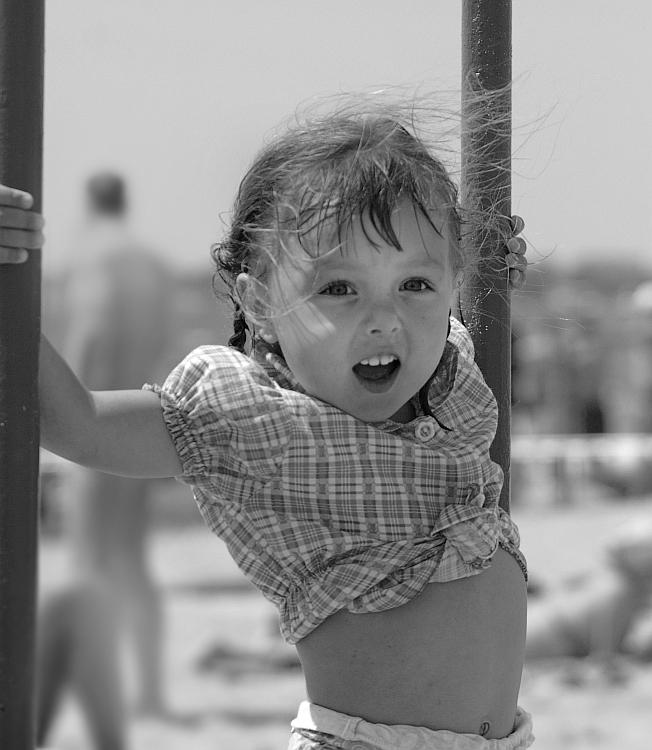 """Евпатория. Детский пляж пансионата """"Трехгорка"""". Одна из его постоянных обитательниц - очаровательная хохотушка Аринка.:)"""