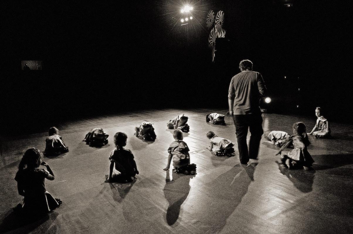 Добыт Золотой ключик, потайная дверца открыта! Актёры вдохновлены свободой и играют в своём театре на одном дыхании, благодарные зрители носят их на руках. Вот оно, счастье! Но всё-таки шарманщику тяжело руководить театром и деревянный мальчик едва ли ему поможет, актёрам нужен не только пряник, но и хороший кнут, а золотые сольдо рано или поздно кончаются. Тут и приходит черёд вернуться Карабасу Барабасу, а все как будто его и ждали. Такие дела…