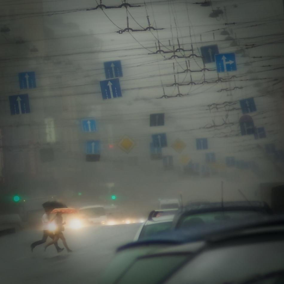 город, дождь, знаки, улица, бегут