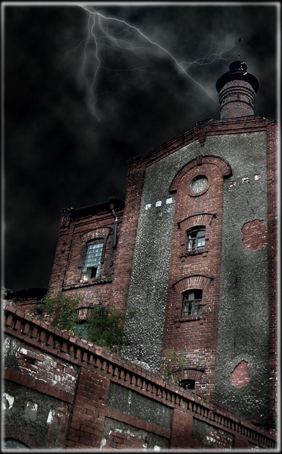 Это фотография старого пивоваренного завода в г. Архангельске.Без фотошопа не обошлось...
