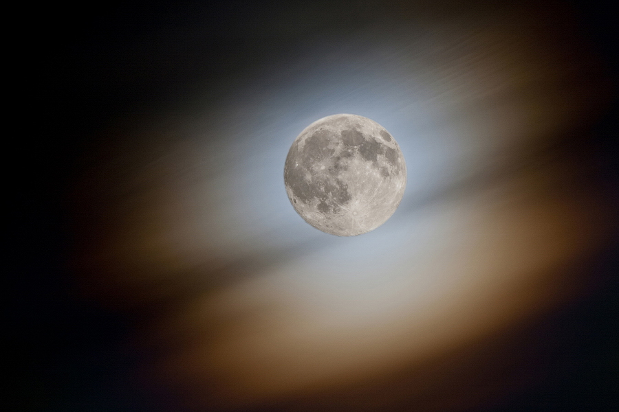 Ях - так древние египтяне называли луну.---Объектив MC TAIR-3S (4.5/300)Два кадра (оба на диафрагме f/8):1. выдержка 2 секунды для облаков (луна при этом пересвечена)2. выдержка 1/30, для луны