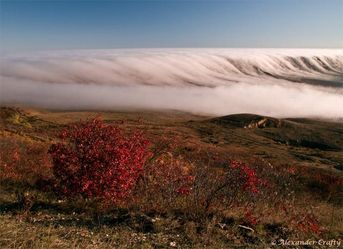 Туман плавно стекал с гор на рассвете в долину... Удалось подняться еще выше, чтобы запечатлеть это редкое явление.