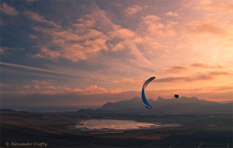 Парапланеристы летали не только на закате, но и в темноте...