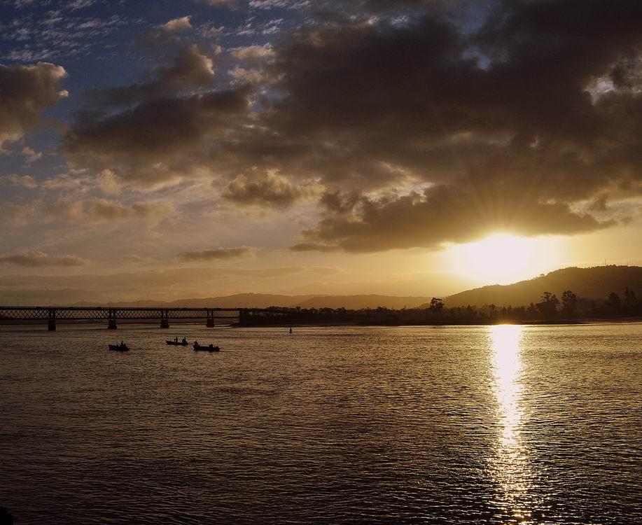 ...в устье реки Лима на берегу Атлантического океана .слева-мост Эйфеля:) ух и много он их по Португалии настроил.Продолжение этого - http://www.lensart.ru/picture-pid-29ddf.htm