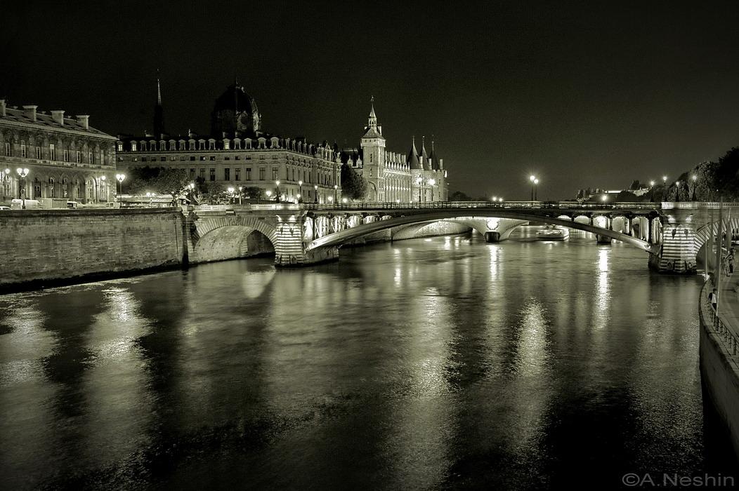 """""""Париж ночной… Он для души как клетка…Сманил меня кофейный аромат,Амур попал стрелой своею метко.И как итог: я не хочу назад.""""(М. Пинигин)"""