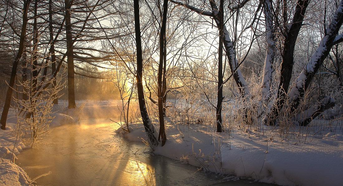 Москва, Измайловский парк, -20С. Речка Серебрянка, согретая первыми утренними лучами солнца, пытается вырваться из ледяного плена :)