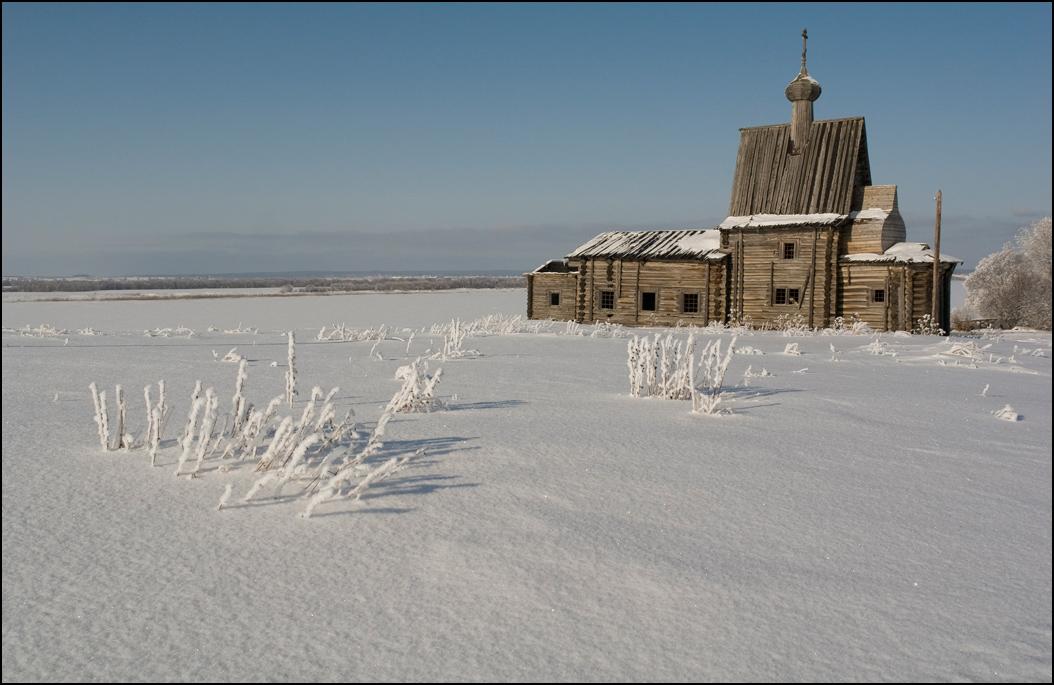 ...Разбросаны неведомой рукойПо всей России нашей деревушки.Размеренность царят в них и покой,Забыли настоятелей церквушки...