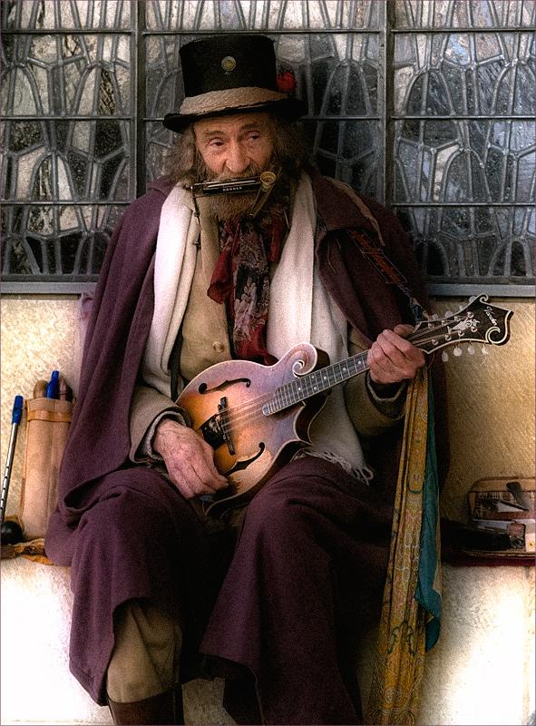 """""""Бездомный"""" уличный музыкант..."""