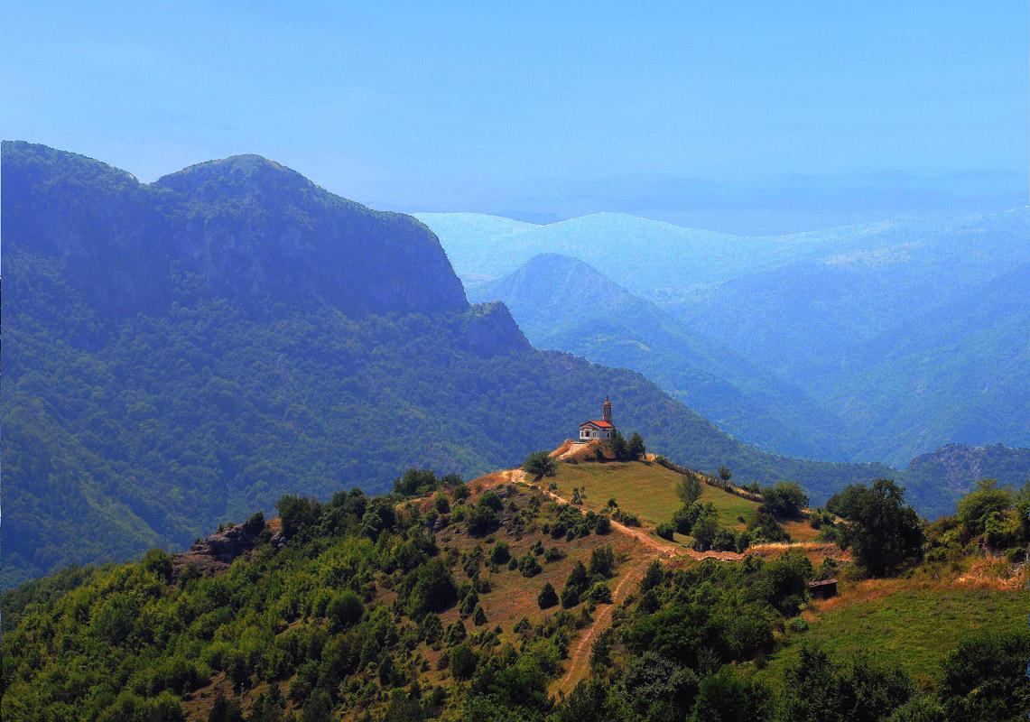 Это цербковь в окружении гор находится в Болгарии, рядом со знаменитой Крестовой горой.
