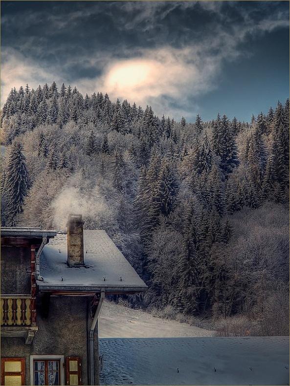 В продолжение зимних сказок...и в противостояние Московской жаре.Потолок ледяной, дверь скрипучая…За шершавой стеной тьма колючая…Как войдешь за порог, всюду иней,А из окон парок синий-синий.