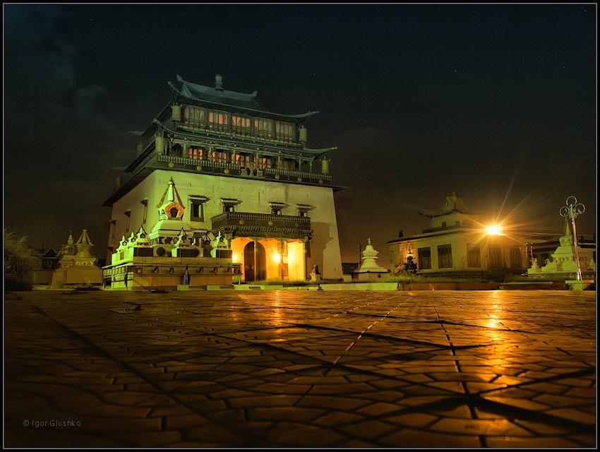 """Это здание в Улан-Баторе  - храм почитания Янрайсига или по- тибетски Ченресига, бога сострадания - символ независимости для монголов. Внутри него находится самая высокая золотая статуя Будды (25 метров). Храм был построен в 1911 во время Богдо ХанаХана. Монголия.---------------Кадр был сделан ровно в 00 часов.Кстати, ТОЛЬКО тут ночью заметил кошку. Ну не любят их монголы... На мое """"кис-кис"""" она моментально удрала куда-то в темноту."""