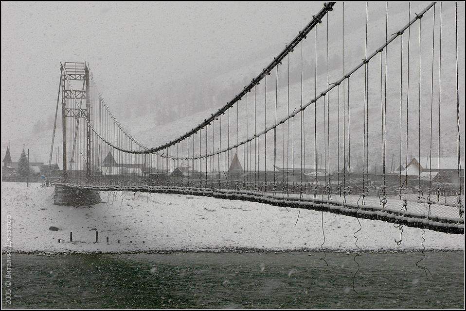 Мост в селе Тюнгур. Село тупиковое, здесь заканчивается дорога. Но примечателен он тем, что от него начинается большинство маршрутов к горе Белуха. Алтай - http://altai-photo.ru/