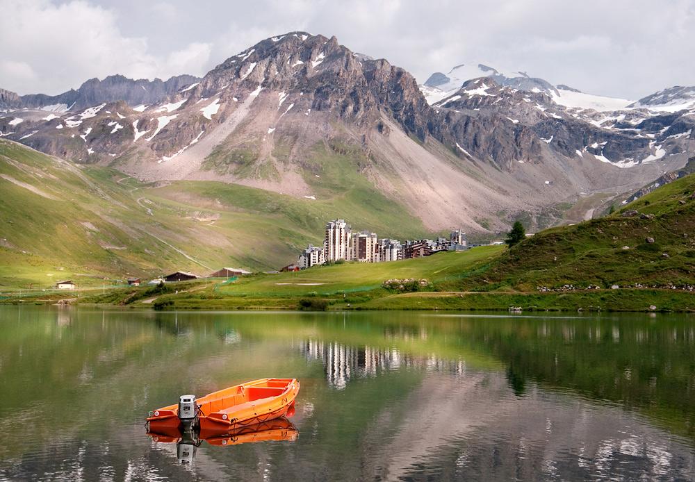 Горное озеро (2100 м.), а на берегу маааленький, но какой-то совсем нетипичный городок