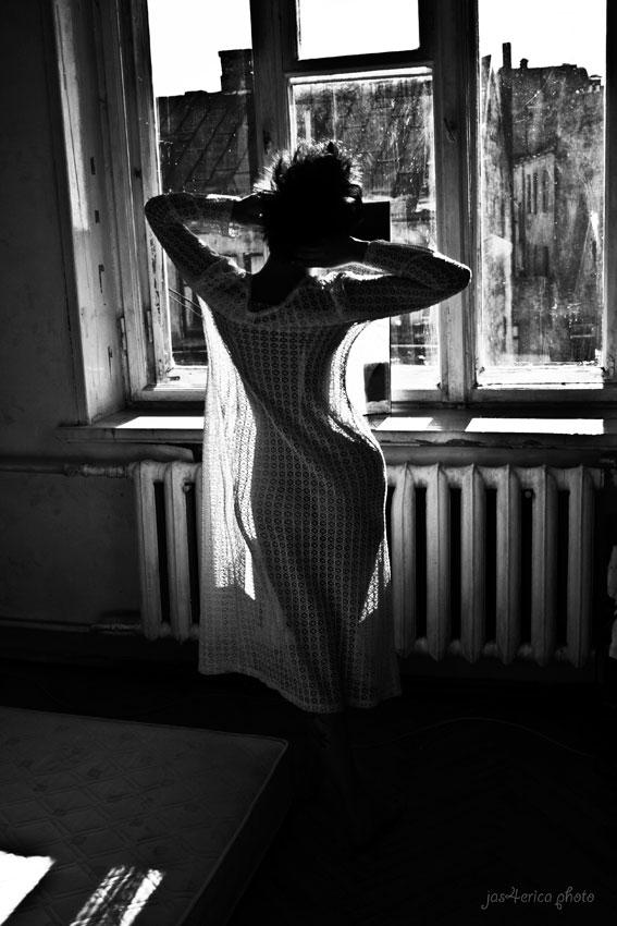 девушка,окно, свет