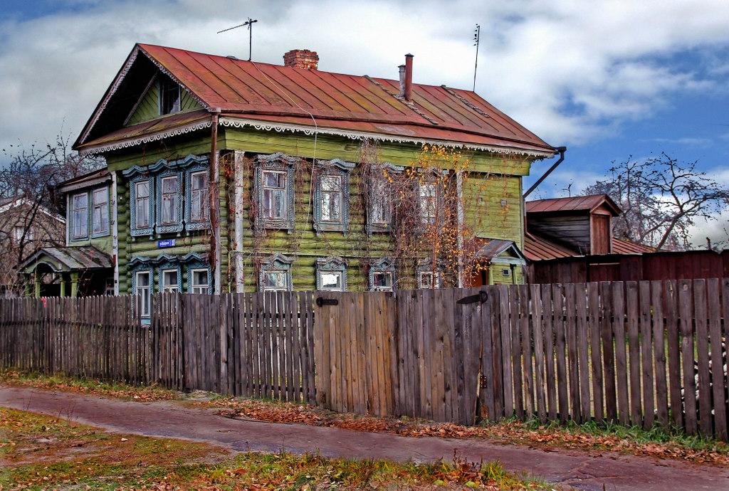 деревянный дом на тихой улице маленького города