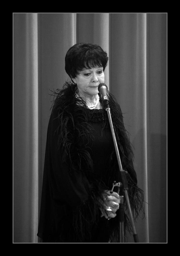 Прощание с поэтессой Беллой Ахмадулиной состоится 3 декабря в Центральном Доме литераторов, сообщает ИТАР-ТАСС со ссылкой на слова заведующей литературно-творческим отделом ЦДЛ Наталии Познанской. Гражданская панихида начнется в полдень по московскому времени, уточнила Познанская. Похоронят Ахмадулину, которая 29 ноября скончалась на 74-м году жизни, на Ваганьковском кладбище.