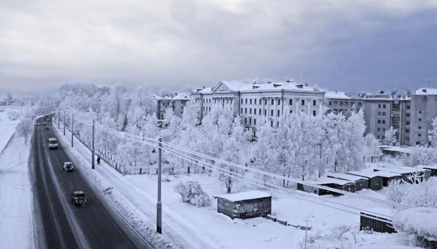 Войлоком снежным Город укутан,Снова зимаНа Севере Крайнем.Снегом пушистымНе колким, а нежным.