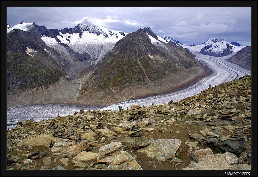 Алечский ледник – самый большой в Альпах, длина 23 км, плошадь болеe 84 кв. км. Вид на ледник с высоты 2926 м, северного склона горы Эгисхорн.   *    *     *Мне везло иногдаОт рутины свернуть.В царство вечного льда Краем глаза взглянуть ...   *    *     *Switzerland Eggishorn Aletsch Glacier Альпы Алечский Крупнейший ледник PARADOX