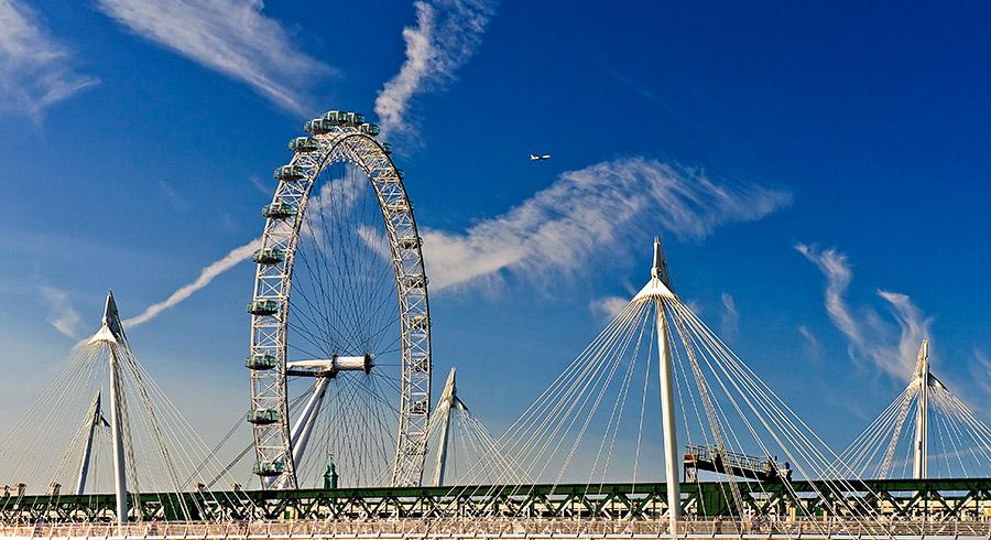 В Лондоне. На переднем плане мост архитектора ФостераЛондон,фотосафари