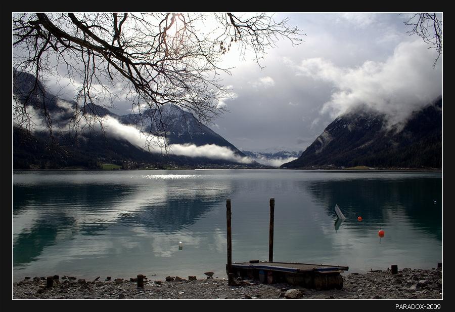 Австрия. Озеро Ахензее на высоте 930 м. * * *Все куда-то лечу, все спешу за туманами,И озерной воды все блестит бирюза.Оглянуться боюсь - незажившими ранамиТвои - глубже озер, голубые глаза ...* * *Австрия Тироль Achensee Tirol Туманы Облака PARADOX