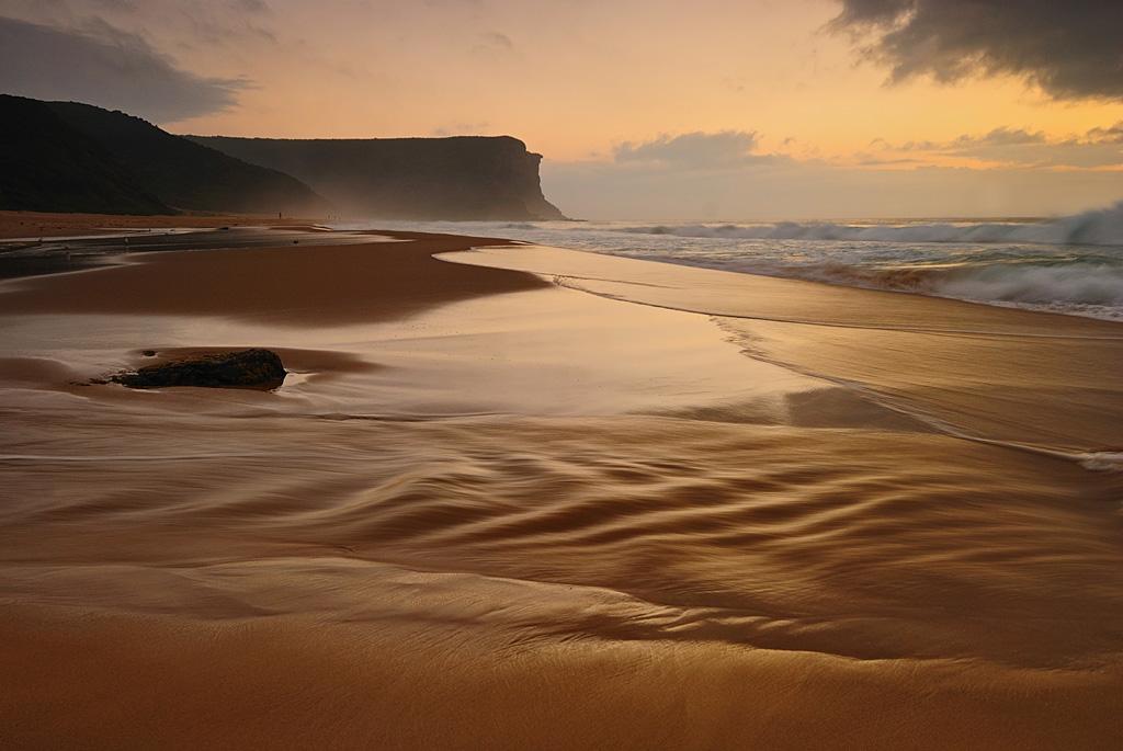 Ударом для меня оказалось то, что я забыл дома площадку для штатива!!!Т.е. фотык прицепить к штативу не было никакой возможности...Но я не растерялся и фоткал, сильно прижимая камеру к головке штатива...Смаза, конечно, много, но есть и удачные кадры (в каждом сюжете), как этот например :)Выдержка 1/3 секундыGarie Beach, Royal National Park, Australiahttp://fotoforge.net/