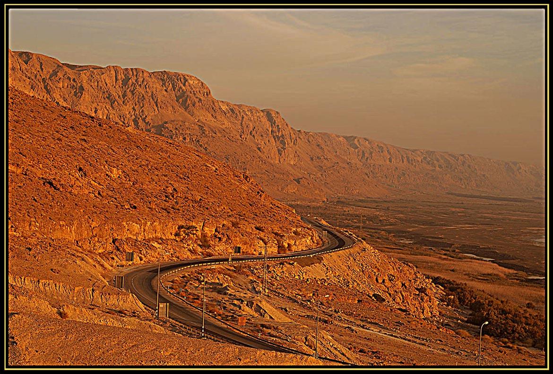 Краешек солнышка выглянул из-за иорданских гор и позолотил воздух, пропитанный испарениями Мертвого моря.