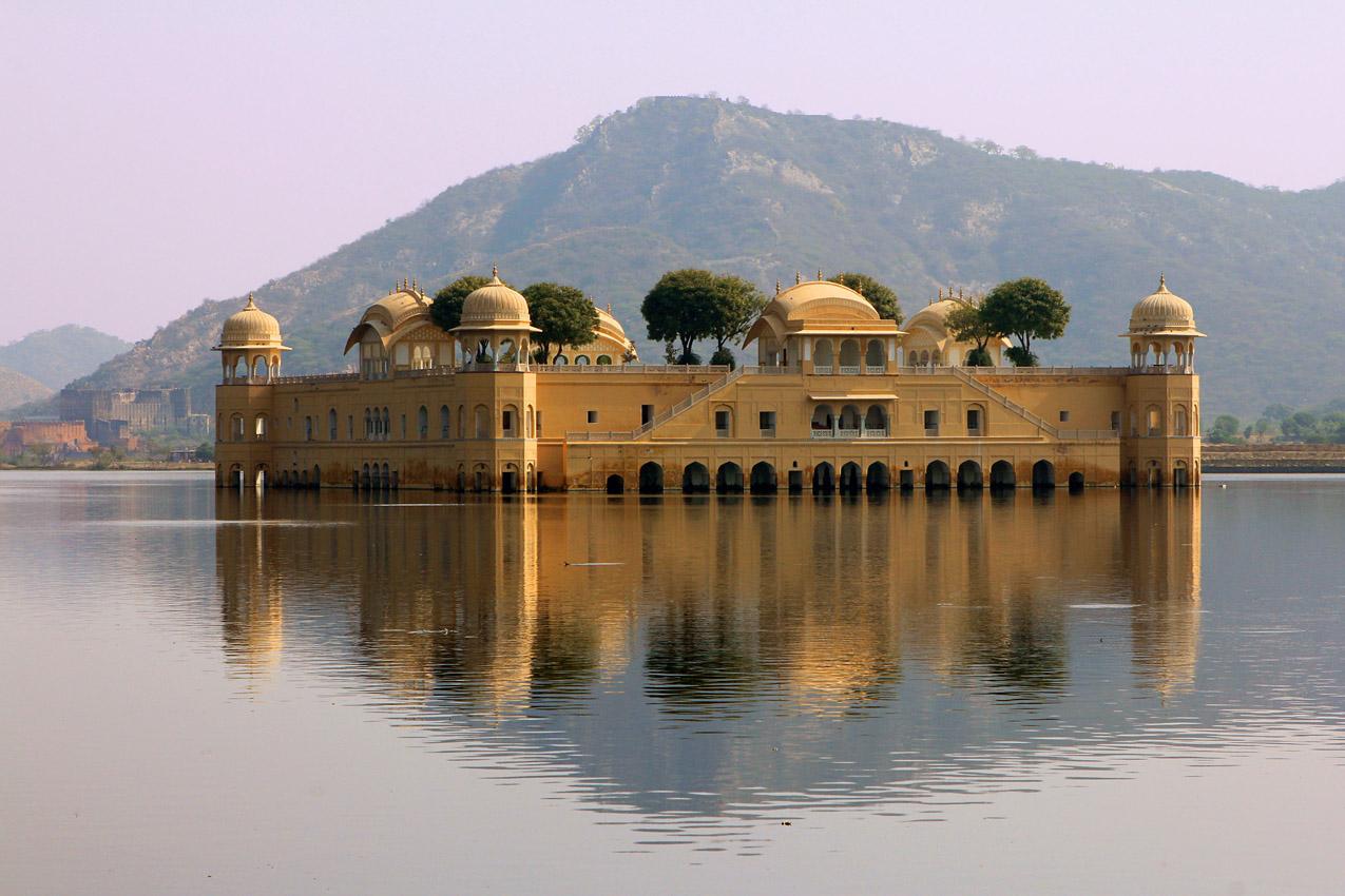Водяной дворец,  город  Амбер,  штат Раджастан