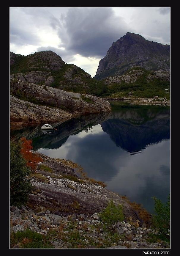 *  *  *Сюда приходят на пароме,Когда берет он курс норд-ост.Здесь как надежды, мир огромен,И тишина  - на сотни верст ...*  *  *Норвегия. Фиорд Хонг - после пересечения Северного Полярного круга на пароме.Заполярная Норвегия Фиорд Лодка Отражения Norway Nordland Tjongsfjorden PARADOX