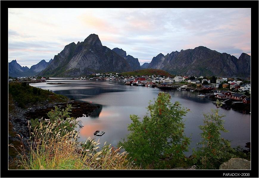 Лофотенские острова - архипелаг островов на северo-западе Норвегии, в 200 километрах за Северным Полярным кругом.Расположены севернее Мурманска и полюса холода Верхоянска, где в свое время была зарегистрирована температура -67,8. На Лофотенах же благодаря течению Гольфстрим море никогда не замерзает, а температура зимой почти не опускается ниже -5.Заполярье Норвегия  Лофотенские острова  Горы  из моря  PARADOX
