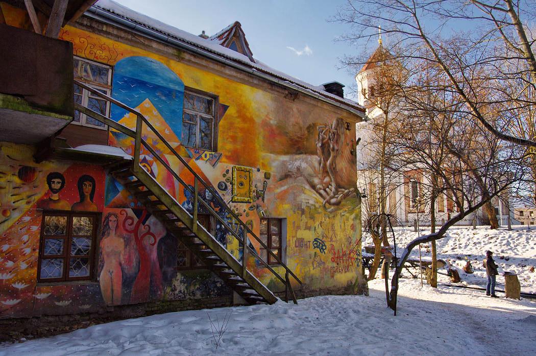 http://www.lensart.ru/picture-pid-30d01.htm?ps=18В начале 1990-х в старом районе Вильнюса Ужуписе (Заречье) селились художники. К концу девяностых они превратили Ужупис в республику. Формально не отделившуюся, более или менее зависимую от вильнюсских властей, однако фактически совершенно самостоятельную. Литва и Вильнюс проявляют терпимость, и Ужупис живет и процветает.